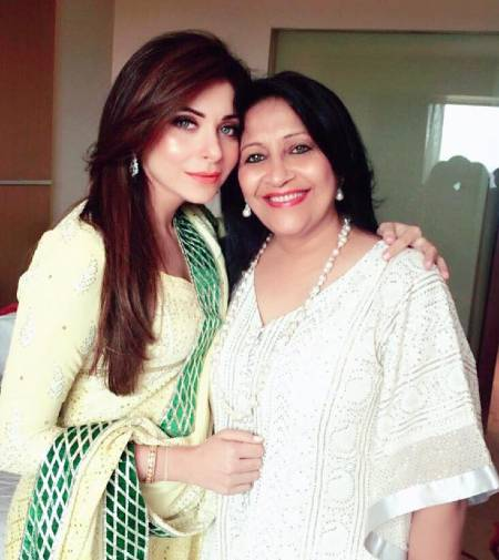 Kanika-Kapoor-With-Mother-pg644