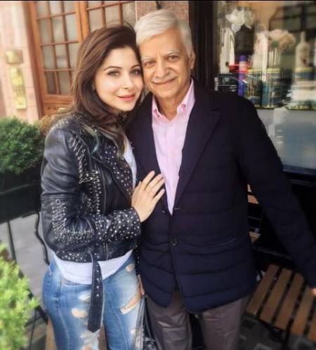 Kanika-Kapoor-with-her-father